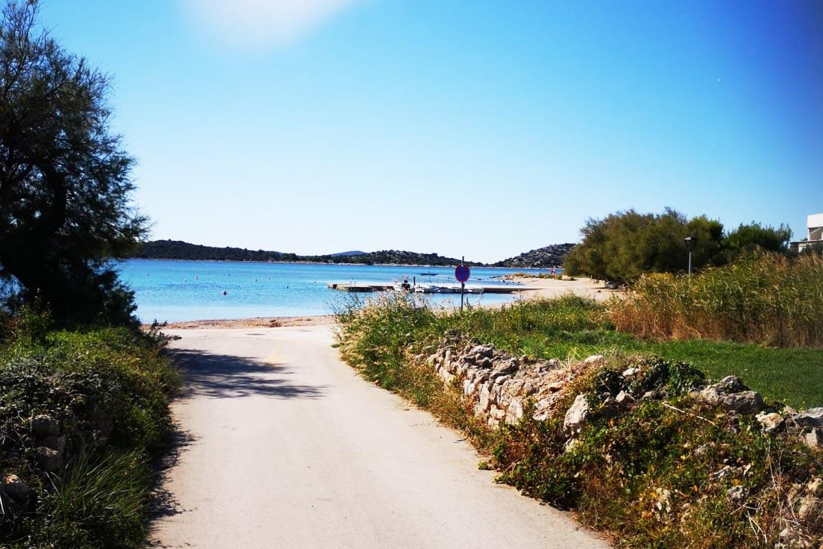 Villa Vodice - Weg zum Hausstrand direkt am Wasser